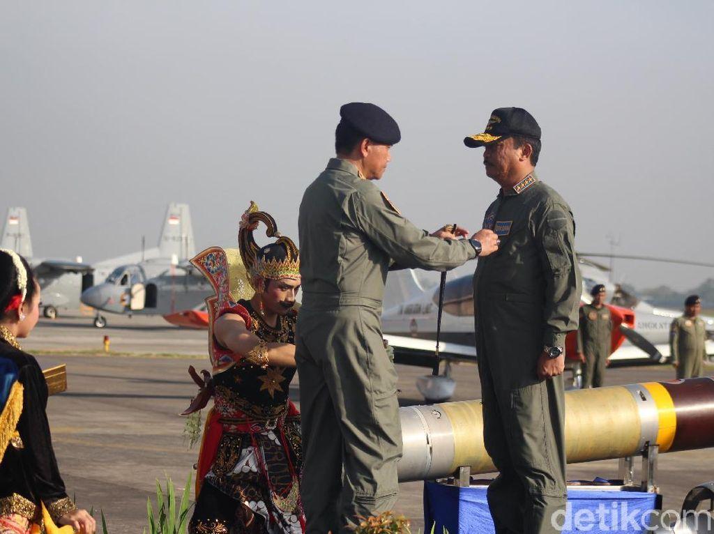 Brevet Penerbangan Kehormatan dari Puspenerbal untuk KASAL