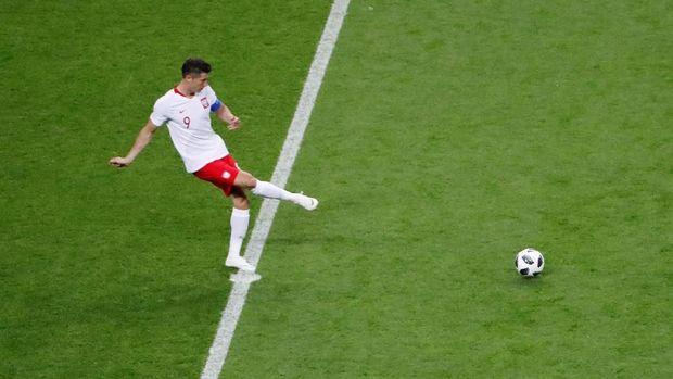 Robert Lewandowski belum mendapat suplai bola hingga menit kelima.