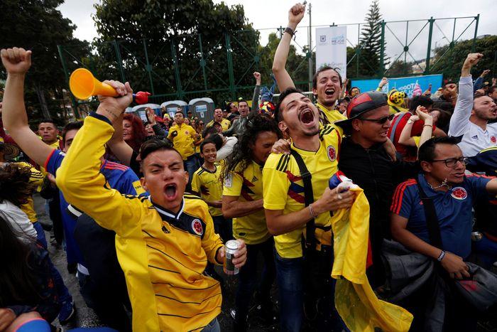 Para suporter Kolombia merayakan kemenangan timnas kebanggaannya dengan meriah. Luisa Gonzales/Reuters.