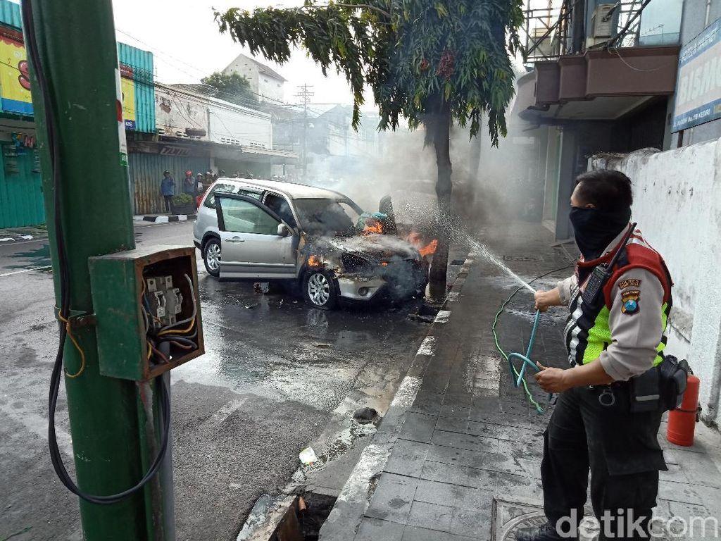 Ditinggal Belanja, Mobil SUV Hangus Terbakar di Pusat Kota Kediri
