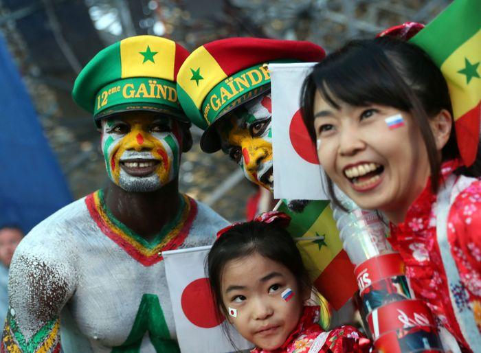Pendukung Jepang dan Senegal tampak berbaur. REUTERS/Marcos Brindicci.