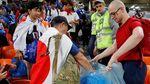 Patut Dicontoh! Fans Jepang & Senegal Bersih-bersih Sampah
