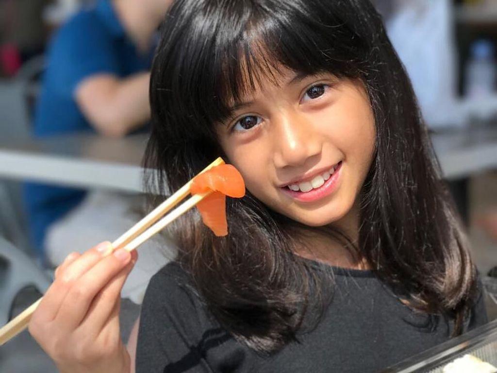 Lucunya Si Kecil Ulla, Anak Ersa Mayori Kalau Sedang Makan Sashimi dan Es Krim