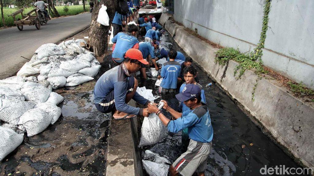 Antisipasi Banjir, Sudin Tata Air dan SDA Bersihkan Lumpur di Selokan
