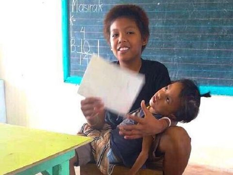 Kisah Haru Bocah Kelas 3 SD Rawat dan Bawa Adiknya yang Difabel ke Sekolah