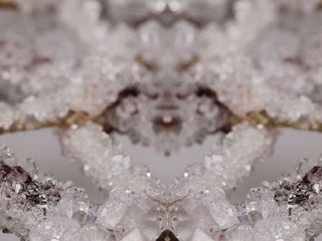Keren Banget! Mahasiswi Ini Ciptakan Aksesori Kristal Dari Cairan Tubuh