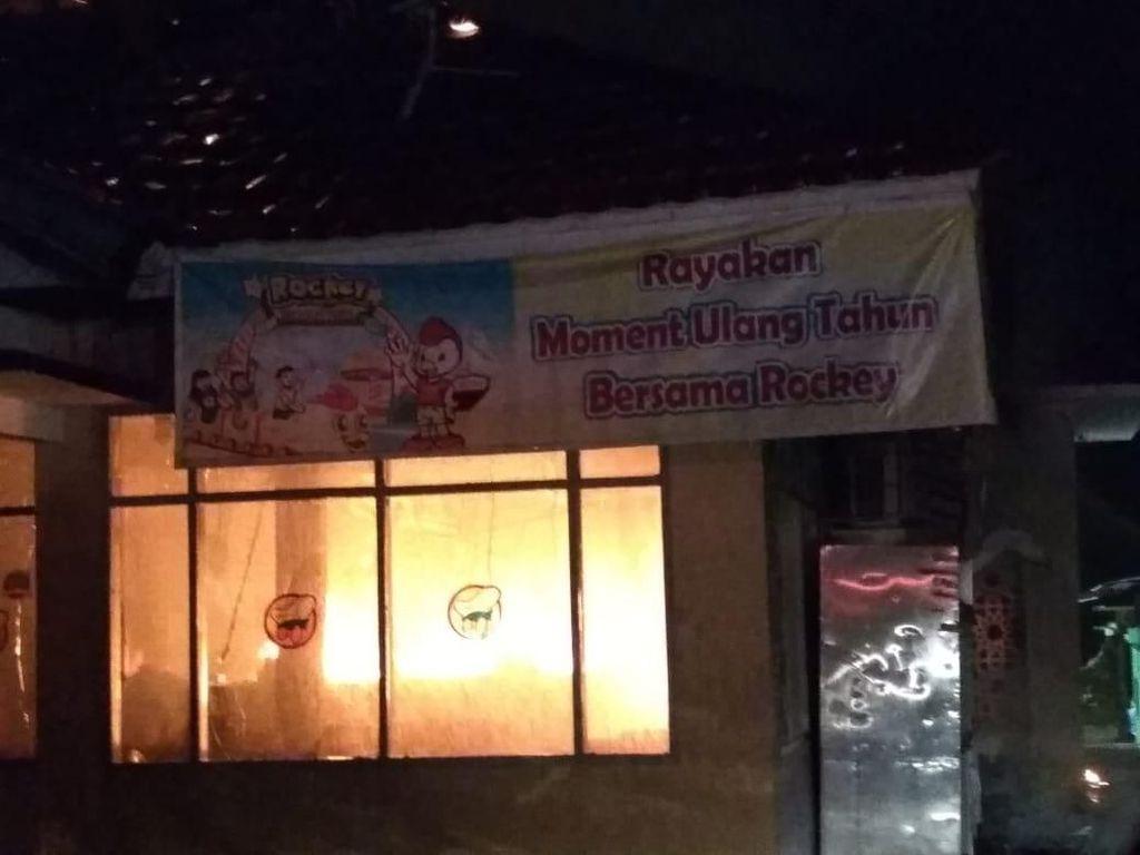 Sakit Hati Tak Diberi Air Minum, Pria di Solok Bakar Restoran