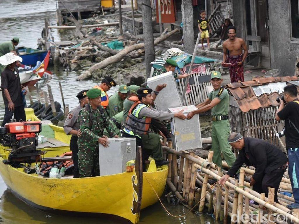 Dandim dan Kapolres Demak Ikut Antar Logistik Pilkada Pakai Perahu