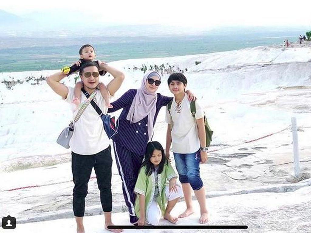 Keseruan Keluarga Arie Untung Saat Liburan ke Turki