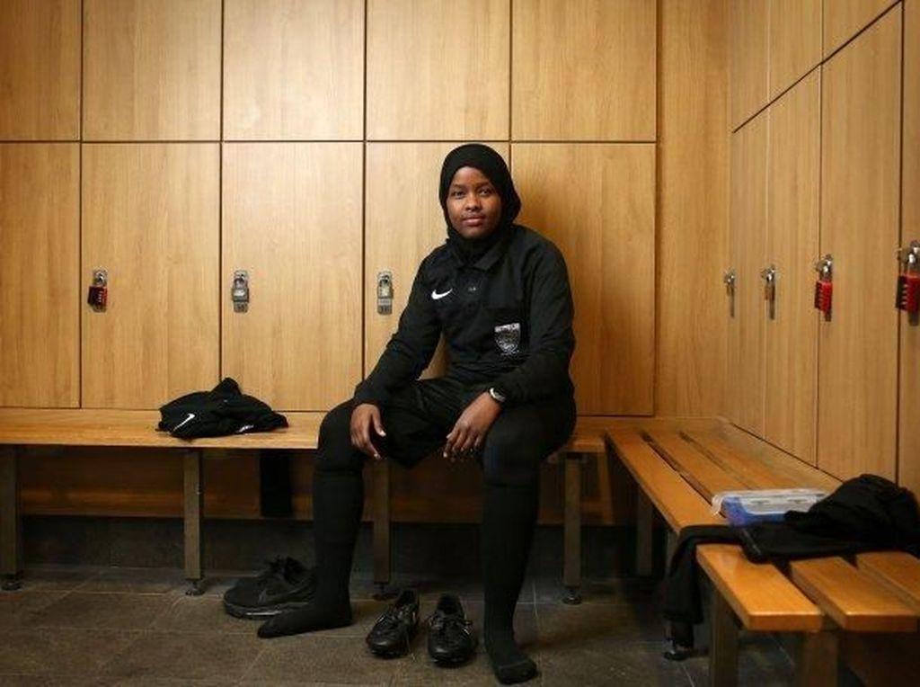 Mengenal Jawahir, Hijabers Pertama yang Jadi Wasit Sepakbola Inggris