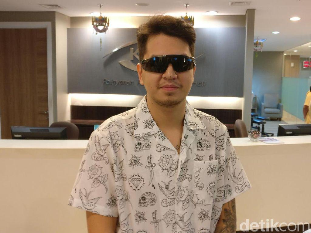 Stres Punya Mata Minus, Aktor Ganteng Kevin Putuskan Operasi Lasik