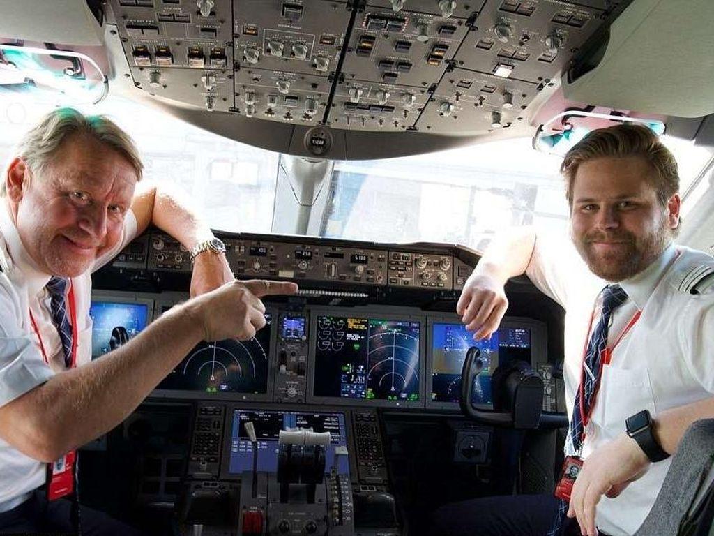 Foto: Ayah dan Anak Terbangkan Pesawat Bareng