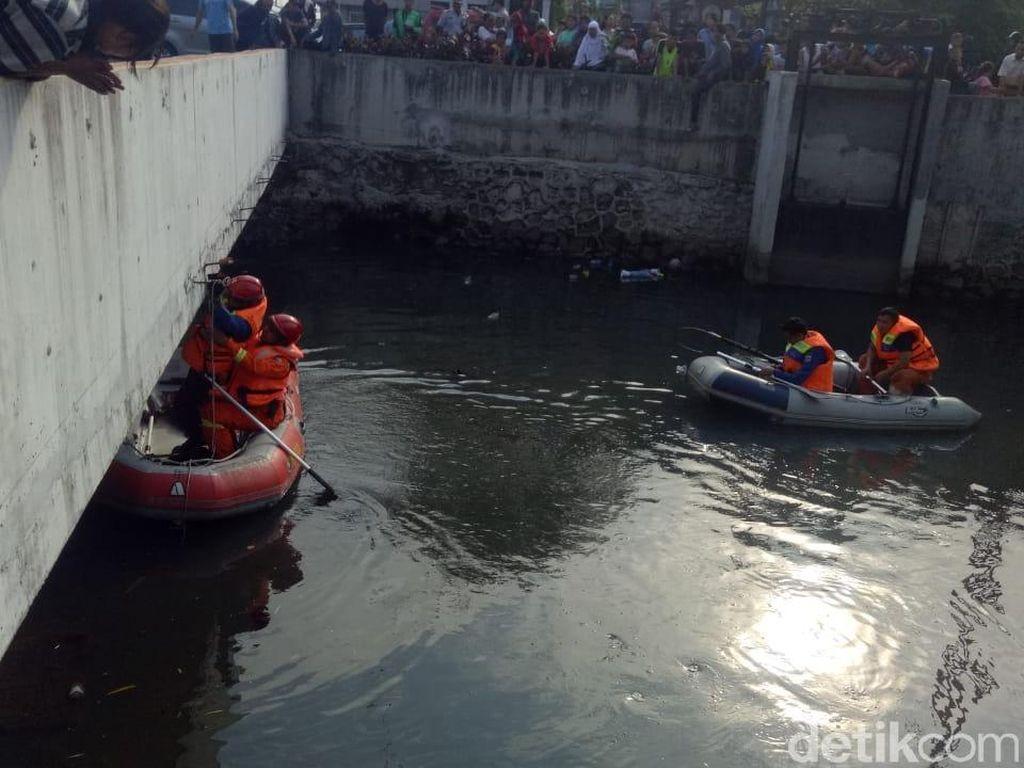 Cari Buaya, Petugas Sisir Kali Grogol hingga Pukul 18.00 WIB