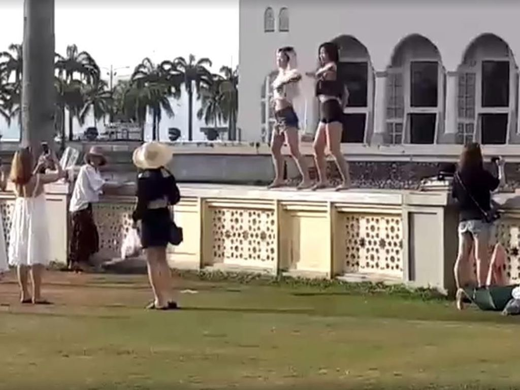 Ulah 2 Turis Berpakaian Mini Bikin Masjid Malaysia Berang