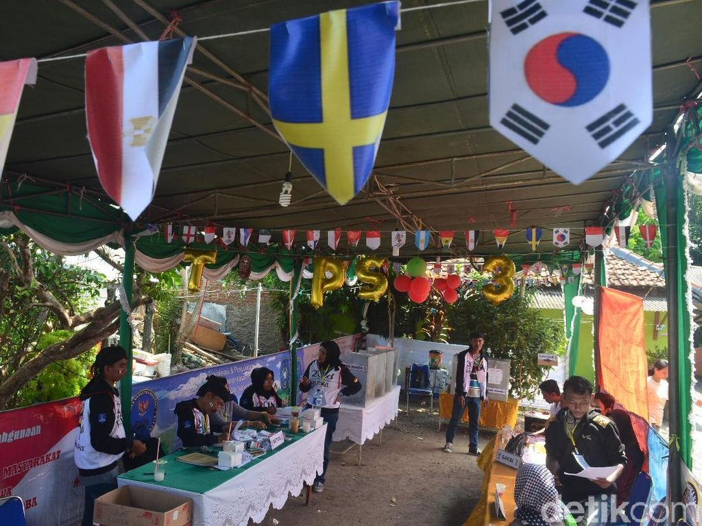Gaet Pemilih Milenial, TPS di Cirebon Ini Bernuansa Piala Dunia
