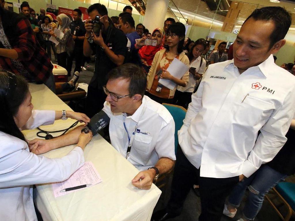 AXA Mandiri Serahkan Dua Motor Ambulans untuk PMI