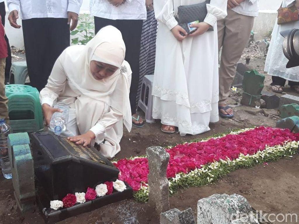 Video: Tangis Khofifah di Makam Suami & Orangtuanya