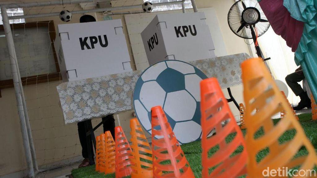 TPS di Bogor Ini Meriahkan Pilkada dengan Tema Piala Dunia