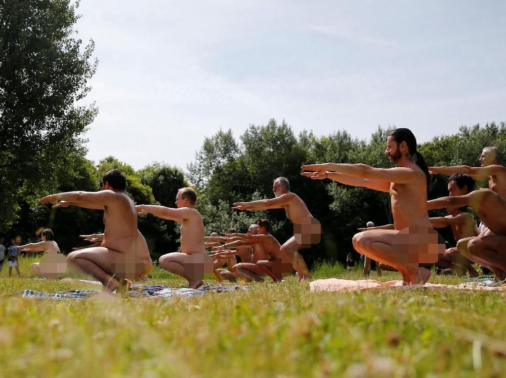 Foto: Ratusan Kaum Nudis Yoga Telanjang Sambil Piknik di Paris