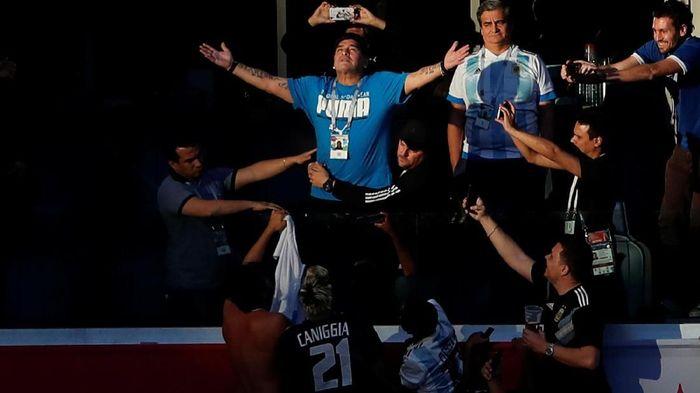 Maradona kembali memberi dukungan langsung buat Argentina di Piala Dunia 2018. Sepanjang laga lawan Nigeria, yang berujung dengan kelolosan Argentina, sang legenda tampak penuh gelora. (Foto: Lee Smith/Reuters)