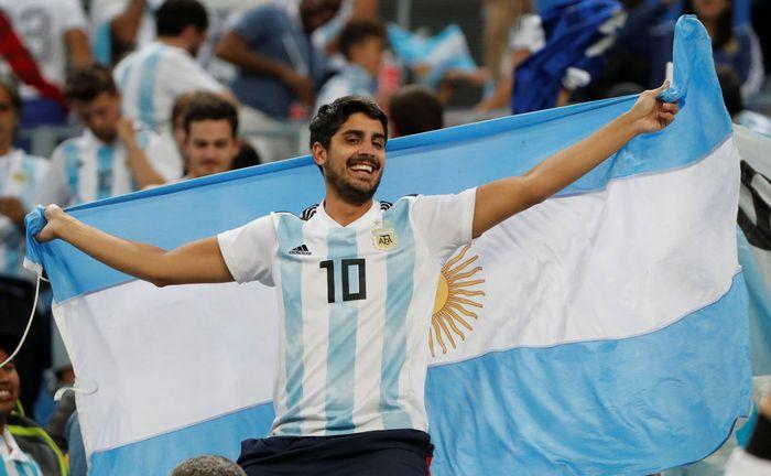 Senyum sumringah suporter Argentina setelah gol Marcos Rojo pastikan Tim Tango memenangi pertandingan melawan Nigeria. Jorge Silva/Reuters.