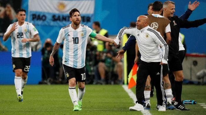 Pelatih timnas Argentina, Jorge Sampaoli, bersama Lionel Messi. (Foto: Toru Hanai/Reuters)