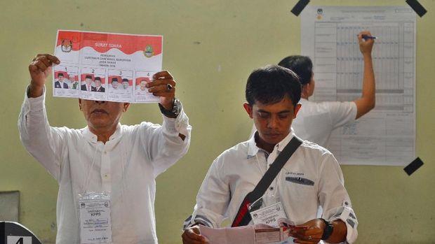 Petugas KPPS melakukan penghitungan perolehan suara Pilkada Gubernur dan Wakil Gubernur Jabar di TPS 02 Kelurahan Panglayungan, Kota Tasikmalaya, Jawa Barat, Rabu (27/6). Hasil penghitungan suara, Anton Charliyan kalah di TPS pencoblosannya, dengan hasil perhitungan di TPS 02 Panglanyungan nomor pasangan nomor urut tiga mengungguli pasangan calon lainnya dengan perolehan suara sebanyak 139 suara dari jumlah 319 partisipasi pemilih, sedangkan Pasangan Tb Hasanudin-Anton Charliyan (Hasanah) memperoleh 96 suara. ANTARA FOTO/Adeng Bustomi/ama/18