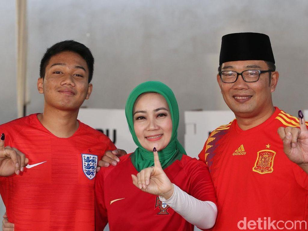 Ridwan Kamil, Si Cinta dan Sang Putra Nyoblos Pakai Jersey Berbeda