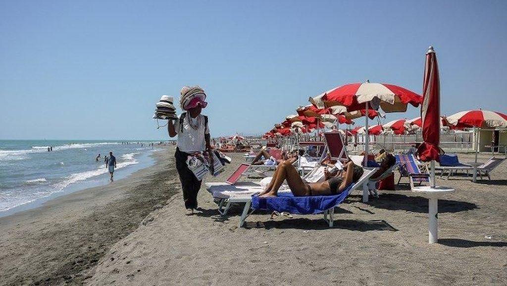 Beli Barang Palsu di Pantai Italia, Bisa Didenda Rp 100 Juta