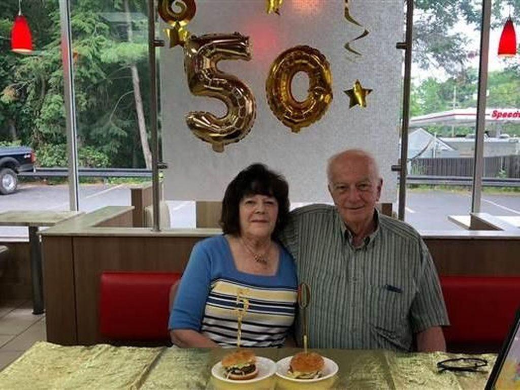 Pasangan Ini Rayakan Ultah Pernikahan Selama 50 Tahun di Burger King