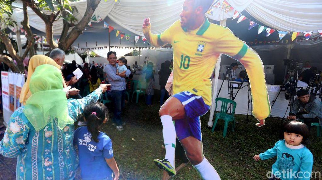 Gempita Piala Dunia di TPS Ridwan Kamil