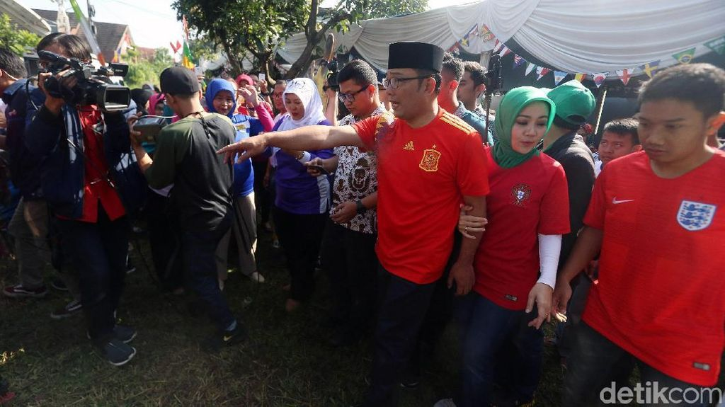 Ridwan Kamil Peluk Istri dan Sujud Syukur Jika Menang Pilgub Jabar