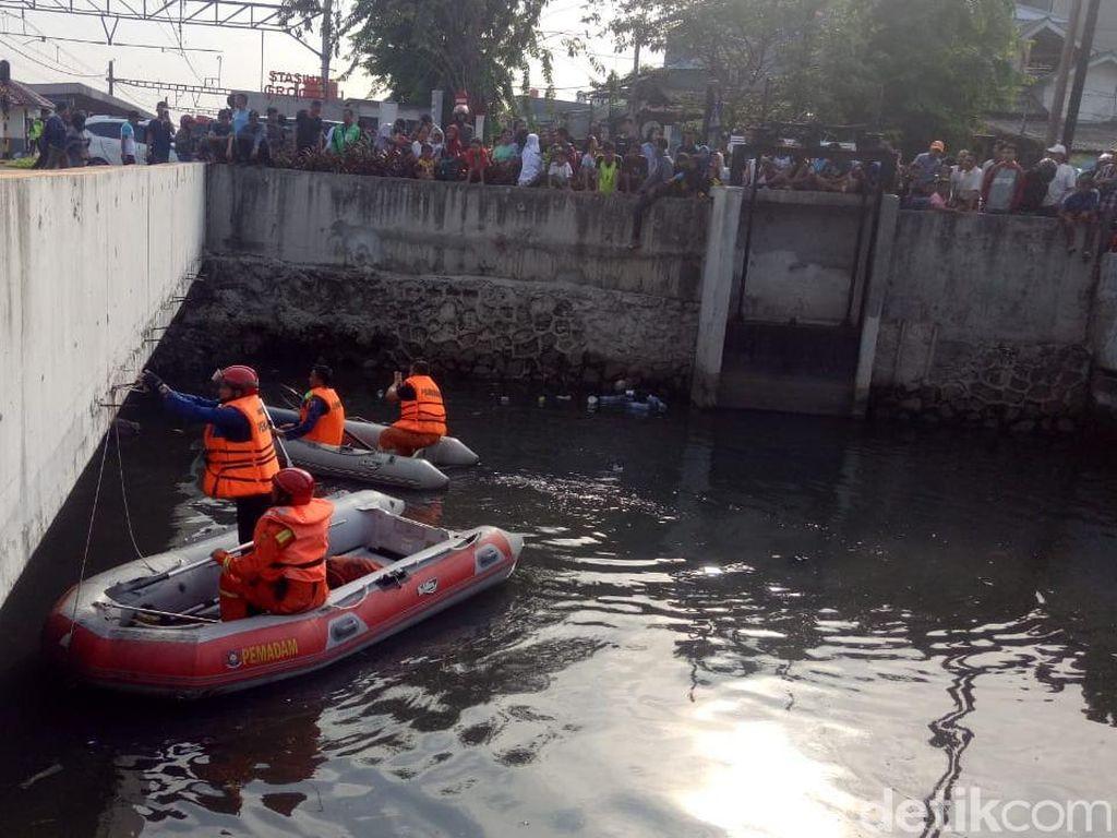 Aksi Petugas Pancing Buaya yang Ngumpet di Kali Grogol Pakai Ayam