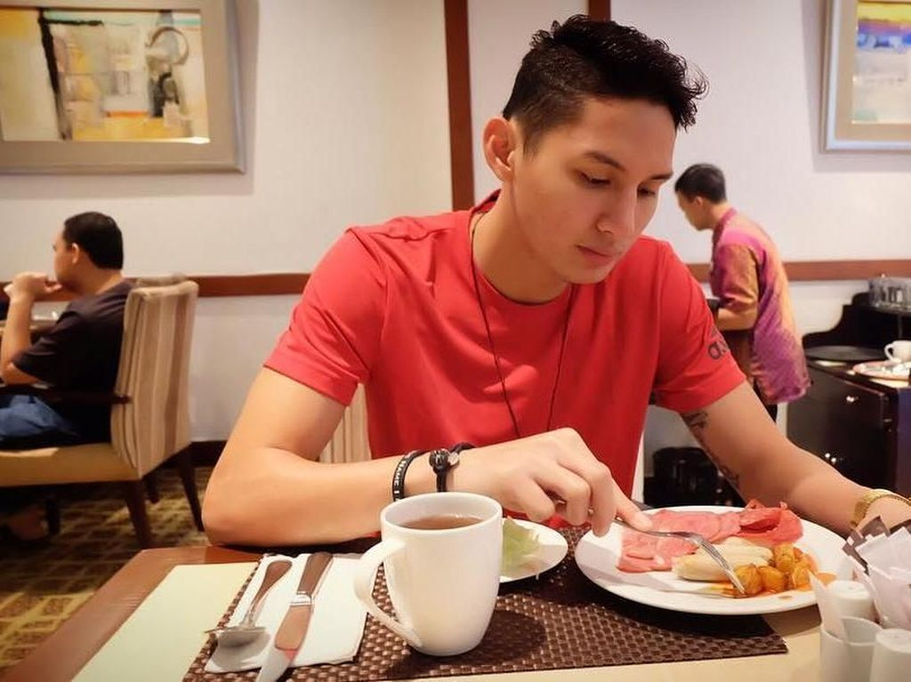 Pose Keren Pebasket Daniel Wenas, Kekasih Mikha Tambayong Saat Mencicipi Makanan