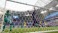Gawang Senegal kebobolan di menit ke-74. Gawang yang dikawal oleh NDiaye dibobol oleh Yerry Mina. Reuters/Max Rossi.