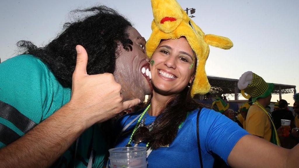 Aksi Nyosor Ronaldinho Cium Suporter Cantik Brasil