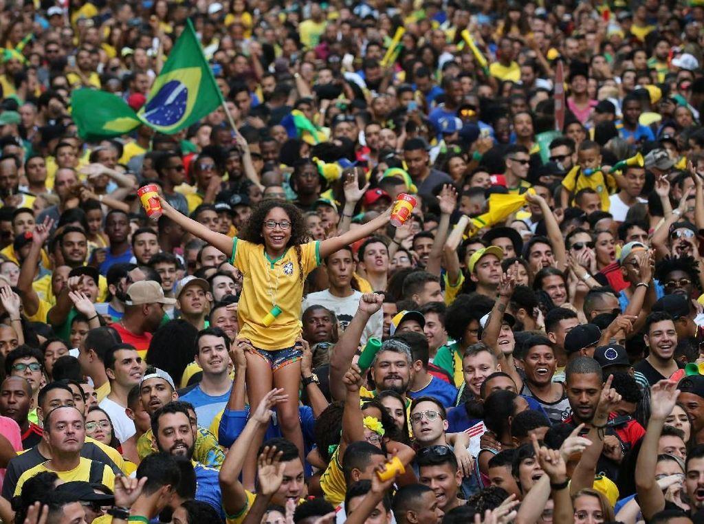 Suka Cita Warga Rio de Janeiro Saat Brasil Lolos