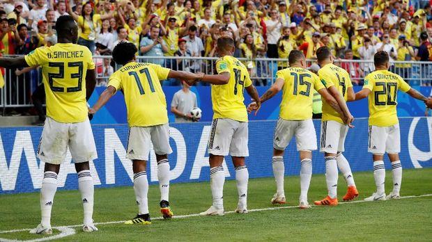 Para pemain timnas Kolombia merayakan kelolosan dari fase grup bersama fan, di Samara Arena, Samara, Rusia, 28 Juni.