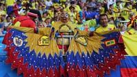 Fans Kolombia yang mengenakan kostum unik meneriakkan yel-yel dukungan dari tribun penonton. Reuters/Marcos Brindicci.