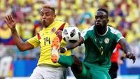 Luis Muriel berebut bola dengan Salif Sane. Reuters/Max Rossi.