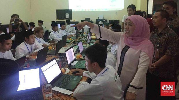 Calon gubernur Jawa Timur nomor urut 1 Khofifah Indar Parawansa memperlihatkan Tim Penghitung Suara di Rumah Relawan, Jalan Progo, Surabaya, Jawa Timur, Kamis (28/6).