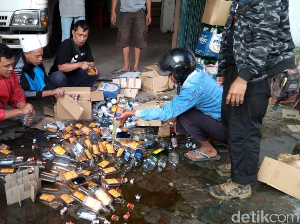 Digerebek Warga, Gudang di Sukabumi Simpan 7.200 Botol Miras