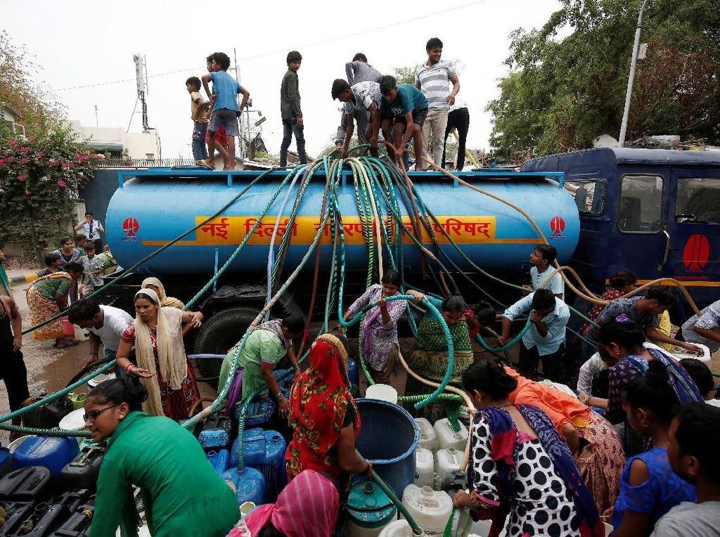 Potret Warga India Antre Air Bersih