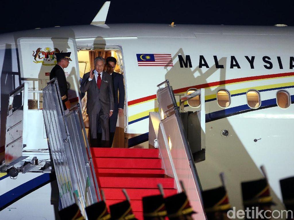Jokowi Sambut Kedatangan Mahathir di Bandara Halim