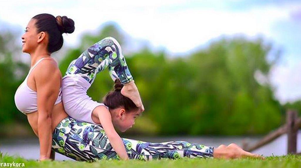 Duet Pose Yoga Ibu dan Anak Ini Kece Banget!