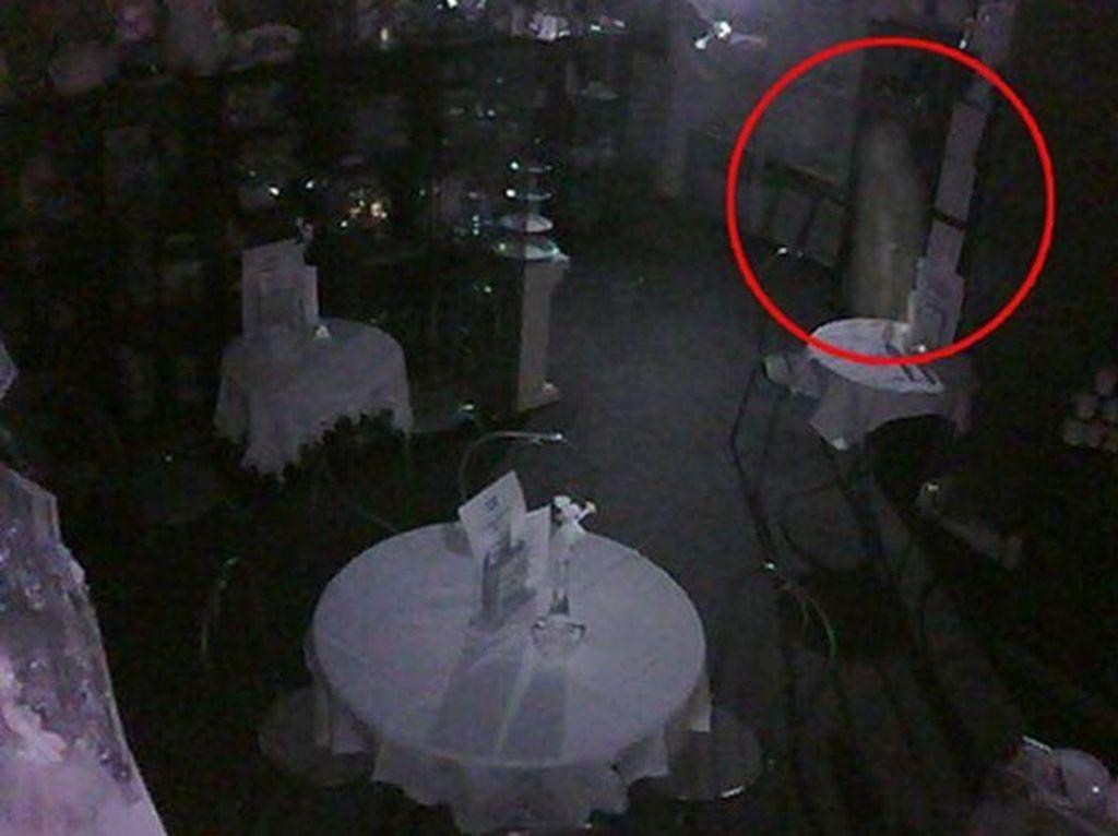 Jangan Lihat Sendirian! Ini 10 Penampakan Terseram di Restoran Berhantu