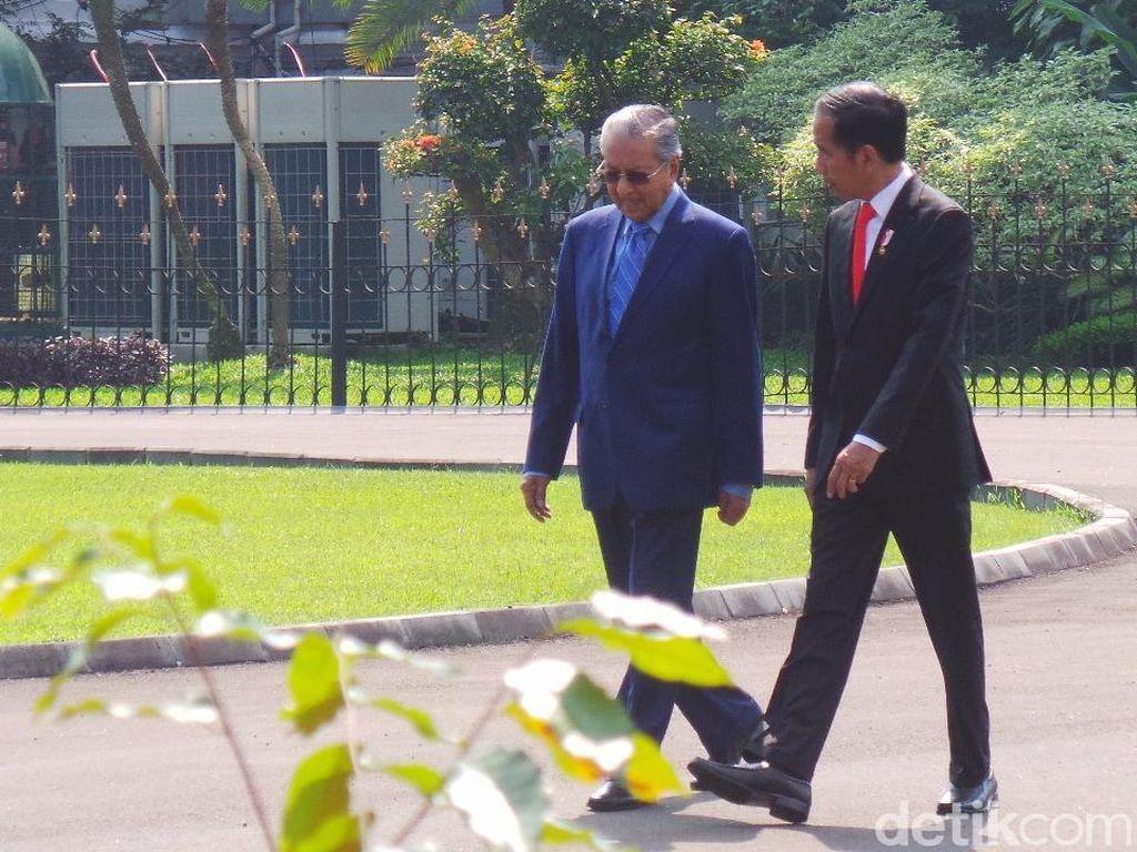Bugarnya Mahathir, Masih Kuat Imbangi Jokowi Jalan Kaki