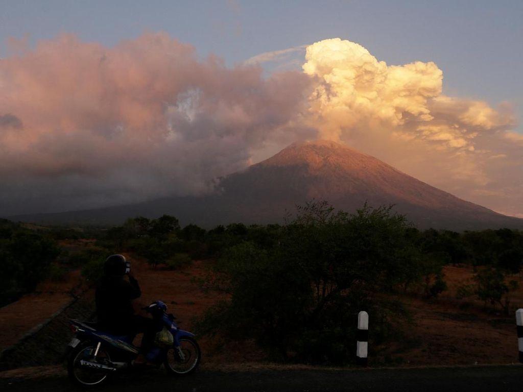 Gunung Agung Siaga, Warga Diimbau Jauhi Radius 4 Km dari Kawah