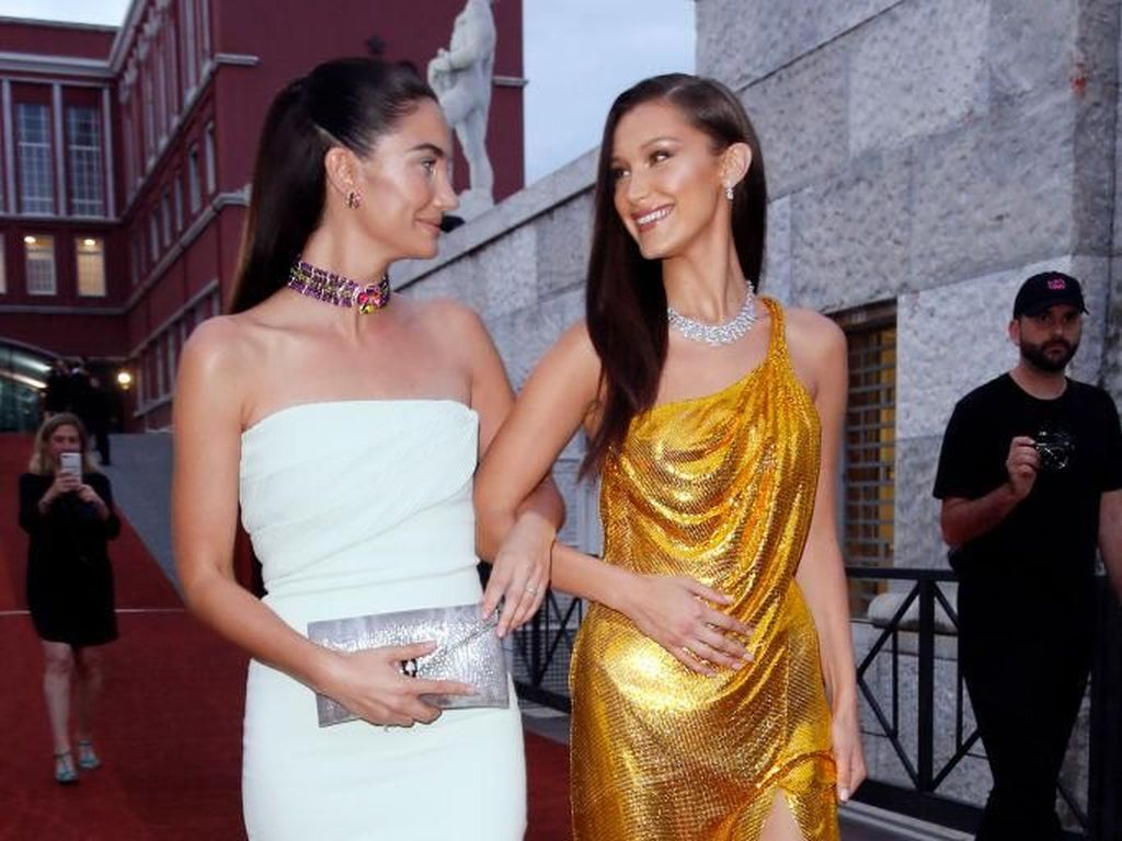 Lily Aldridge Vs. Bella Hadid di Red Carpet Bvlgari, Siapa Paling Seksi?