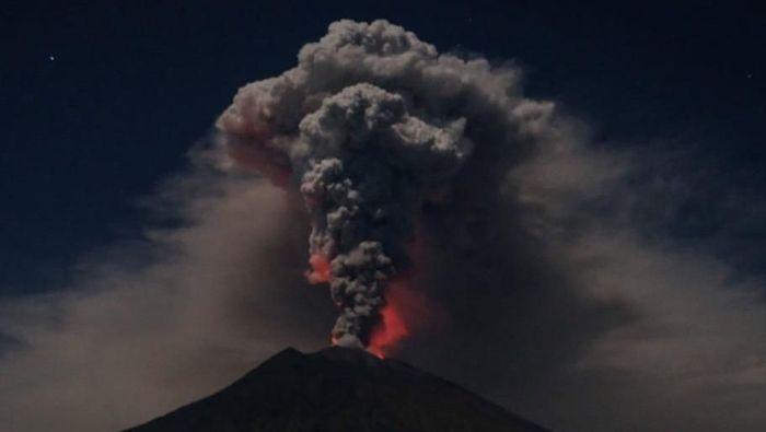 Gunung Agung kembali erupsi dan mengeluarkan abu vulkanik. Dokter kulit meminta masyarakat hati-hati karena abu vulkanik bisa menyebabkan iritasi. Foto: dok. BNPB